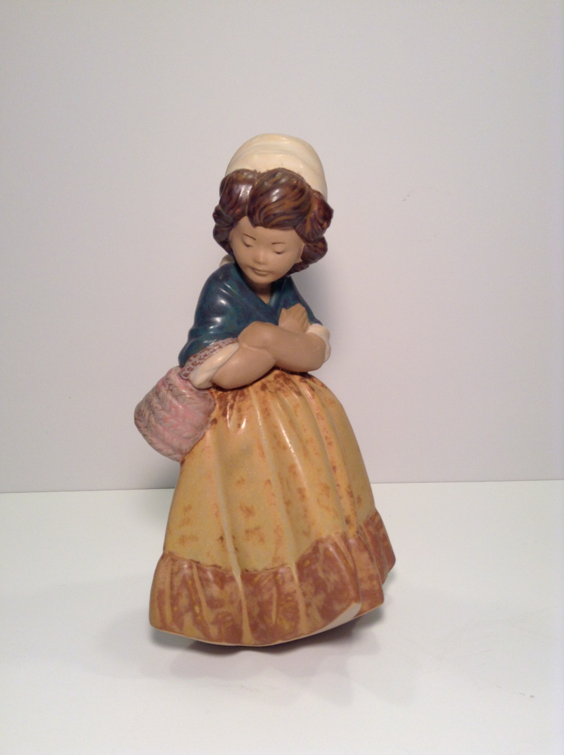 LLADRO GIRL WITH CROSSED ARMS - 2093